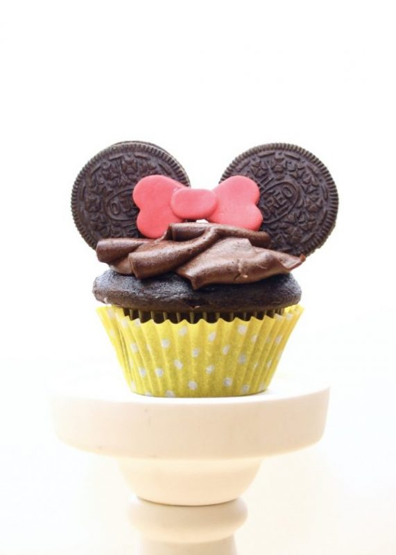 Minnie Mouse Party: Super Easy Minnie Mouse Cupcakes. Looking for a crazy simple, yet completely adorable dessert option for your Minnie Mouse party? These super easy Minnie Mouse cupcakes are the perfect option for any level of baking ability!!! #disney #minniemouse #minnie #baking #cupcakes #cake #diy #party #partyideas #parties #minnieparty #girl